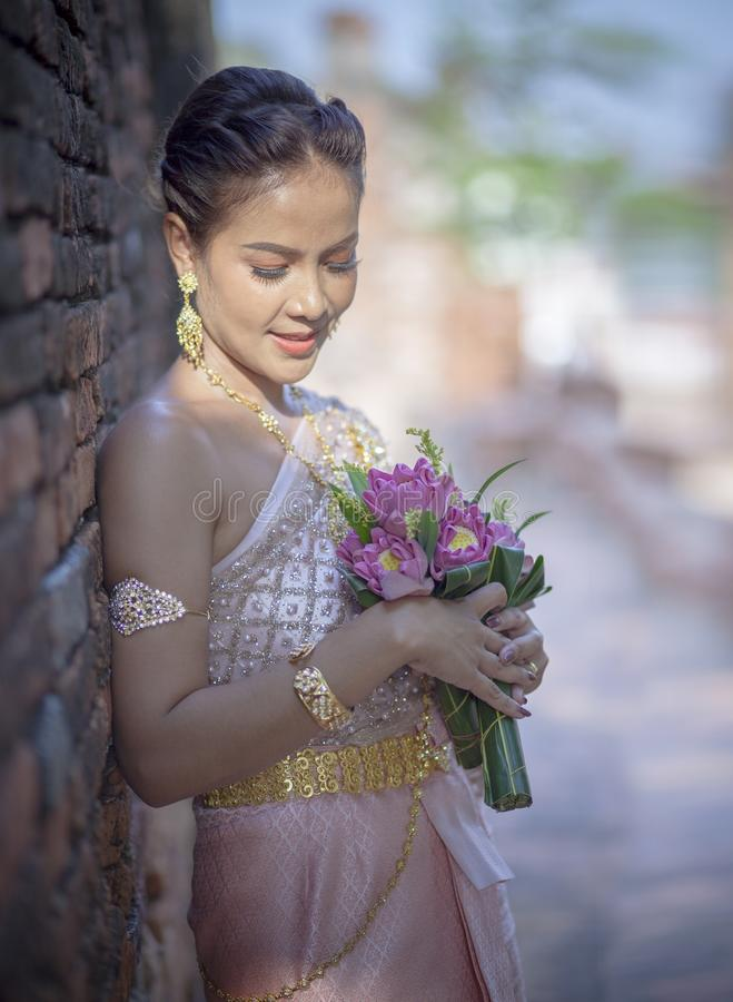 El retrato de la mujer más joven asiática que lleva la tradición tailandesa viste h foto de archivo libre de regalías