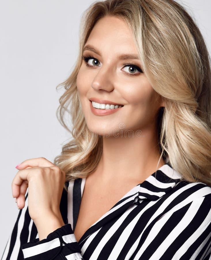 El retrato de la mujer de negocios joven hermosa en rayas blancos y negros se adapta a sonrisa feliz imagen de archivo