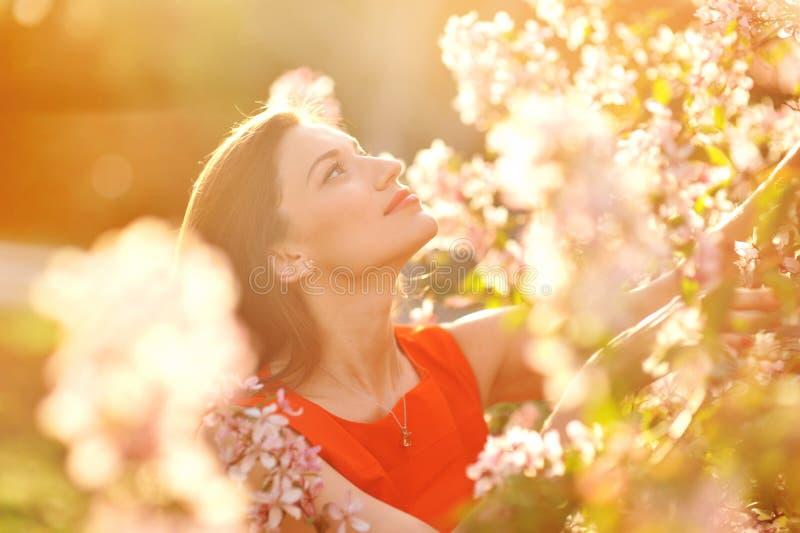 El retrato de la mujer preciosa joven en primavera florece fotografía de archivo