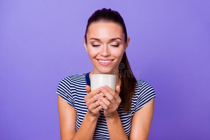 El retrato de la señora agradable atractiva encantadora linda hace que el refresco sienta tiempo libre alegre que los ojos cercan fotografía de archivo libre de regalías