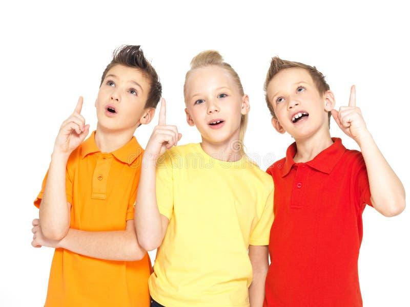 El retrato de los niños felices destaca por el dedo - aislado encendido fotografía de archivo