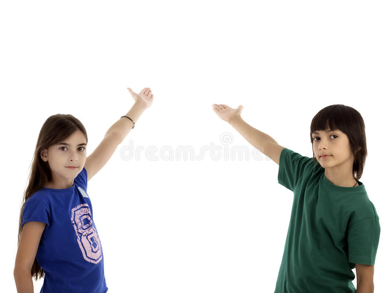 El retrato de los niños felices destaca por los fingeres en algo foto de archivo