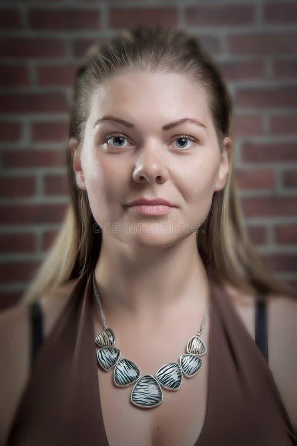 El retrato de mujer-ningún rubio de mirada femenino, natural compone fotos de archivo libres de regalías