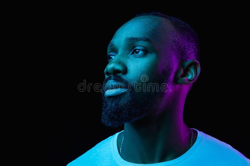 El retrato de neón de un hombre africano sonriente joven fotografía de archivo