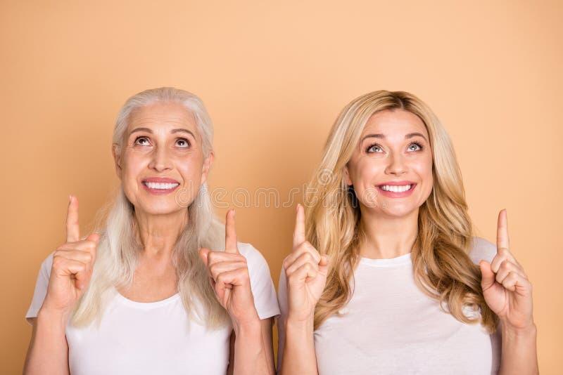 El retrato de satisfecho goza de señoras de los adultos que la manera sugiere que el actual anuncio de la extremidad indique para imagen de archivo libre de regalías