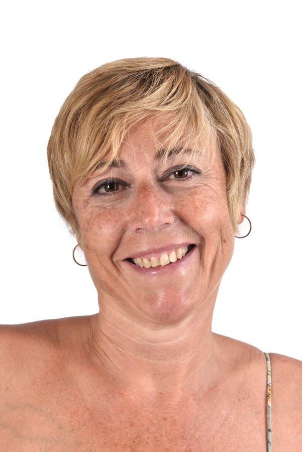El retrato de un centro envejeció a la mujer en blanco foto de archivo