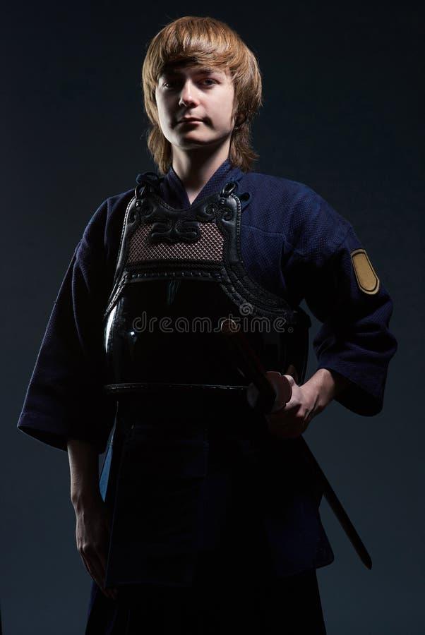 El retrato de un combatiente del kendo con bokken imagenes de archivo