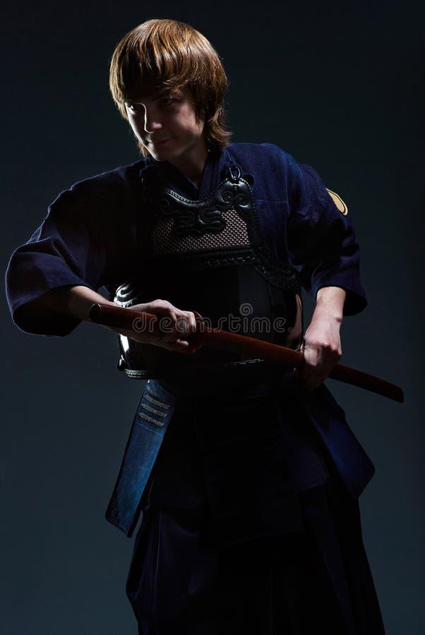 El retrato de un combatiente del kendo con bokken foto de archivo libre de regalías