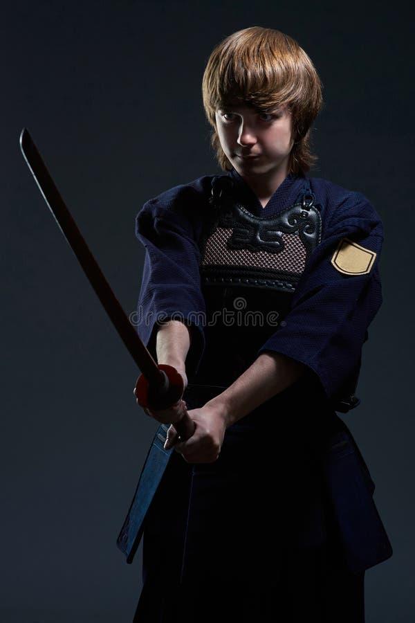 El retrato de un combatiente del kendo con bokken fotografía de archivo libre de regalías