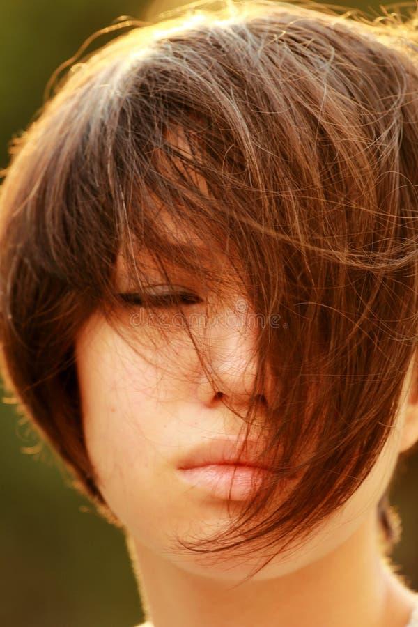 El retrato de un coreano apenado, filamentos del pelo cubre la cara, ojo fotografía de archivo libre de regalías