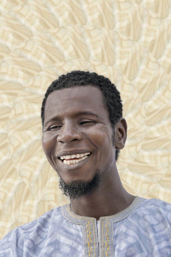 El retrato de un hombre feliz que reía, ojos se cerró imagen de archivo