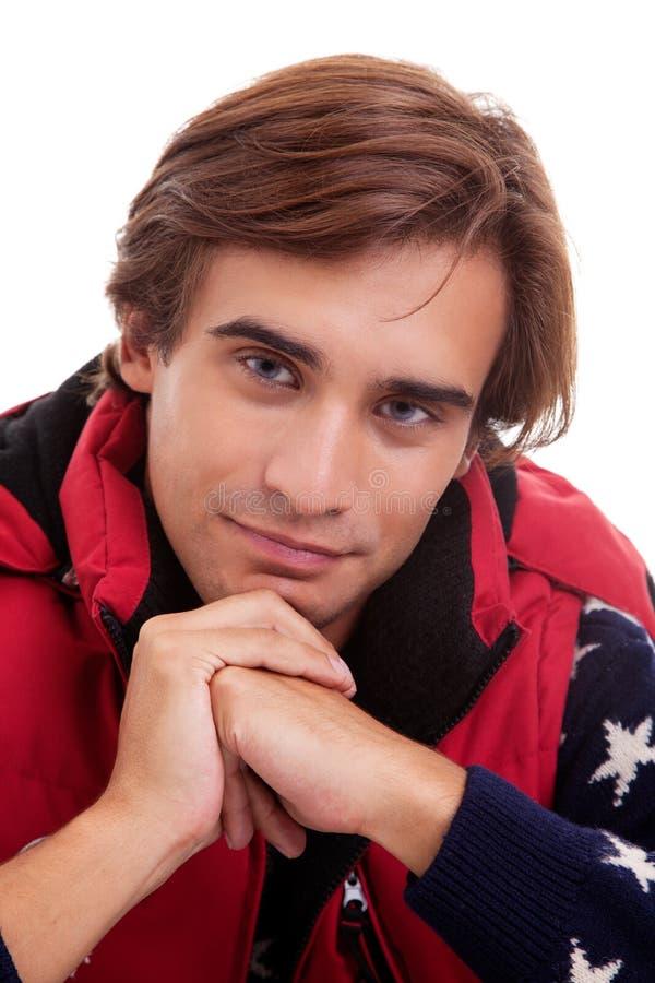 El retrato de un hombre joven, en otoño/invierno arropa imagen de archivo libre de regalías