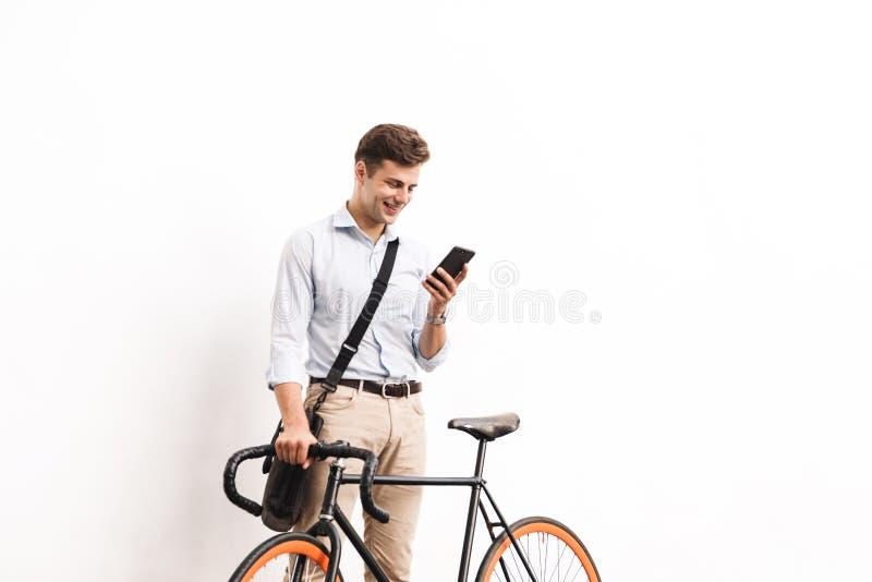 El retrato de un hombre joven feliz se vistió en camisa foto de archivo libre de regalías