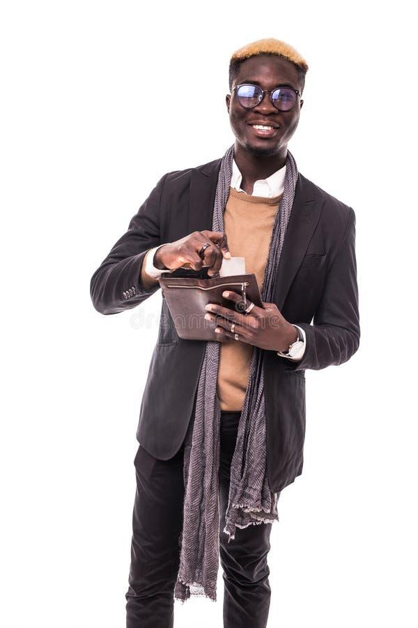 El retrato de un hombre de negocios joven alegre del Afro puso la tarjeta de crédito en la cartera sobre el fondo blanco imagen de archivo