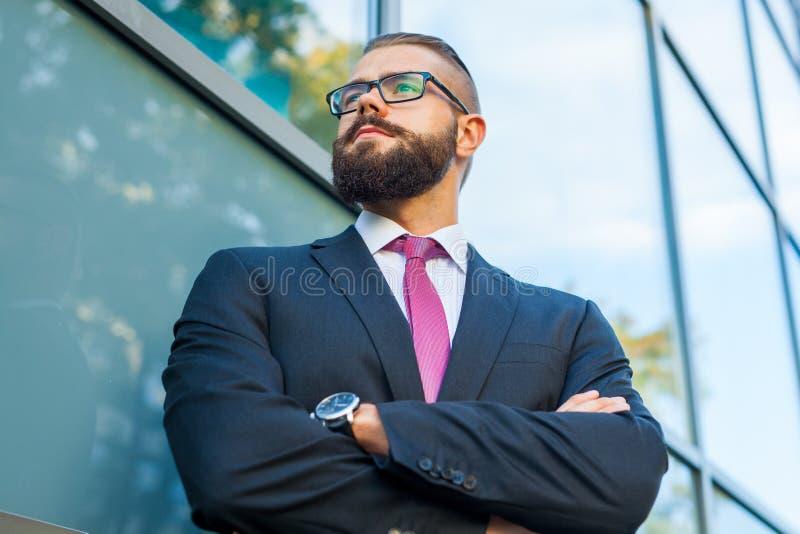 El retrato de un joven enfocó al hombre de negocios barbudo fuera del offi fotografía de archivo libre de regalías