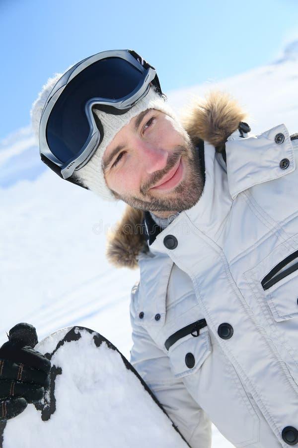 El retrato de un snowboarder en el esquí se inclina imagen de archivo libre de regalías