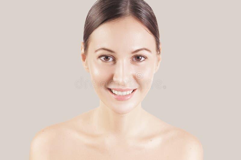 El retrato de una chica joven europea del pelo marrón muy hermoso, desnudo de la belleza compone Lanzamiento del estudio, fondo b imagen de archivo