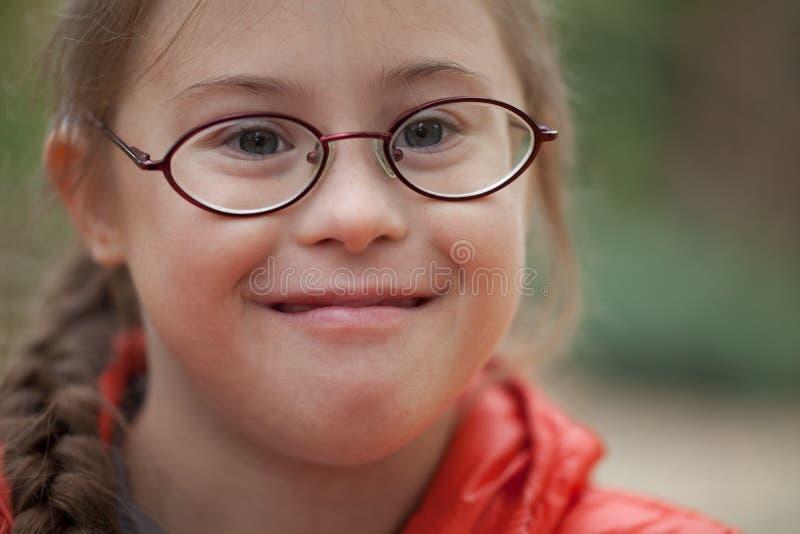 El retrato de una muchacha con el special necesita en primer de los vidrios imagen de archivo