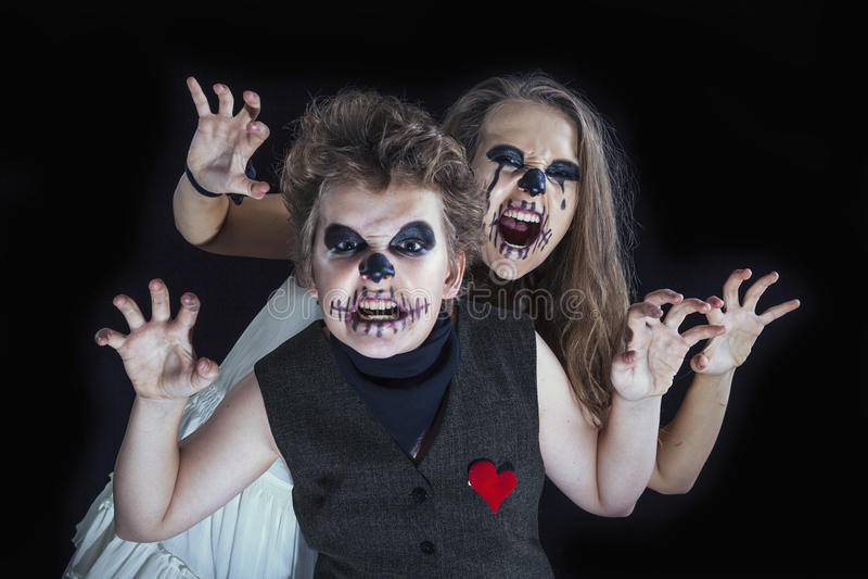 El retrato de una muchacha y de un muchacho se vistió para la celebración de Halloween fotos de archivo