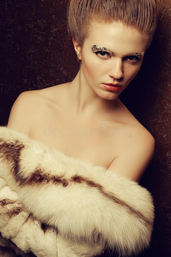 El retrato de una mujer joven hermosa desnudó considerarse lujoso fotos de archivo libres de regalías