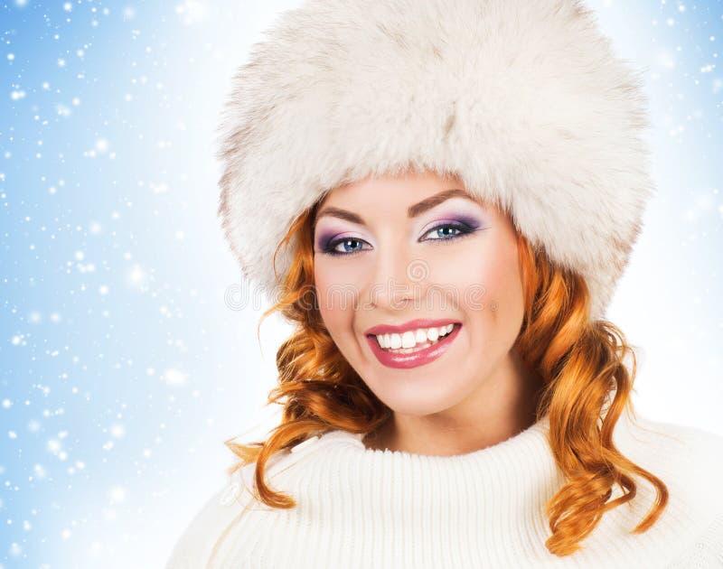 El retrato de una mujer preciosa en invierno viste fotos de archivo