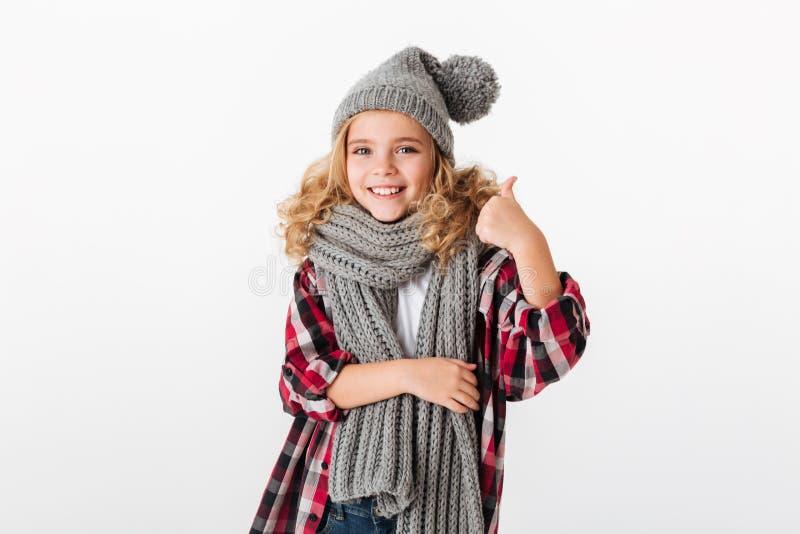 El retrato de una niña sonriente se vistió en sombrero del invierno imágenes de archivo libres de regalías