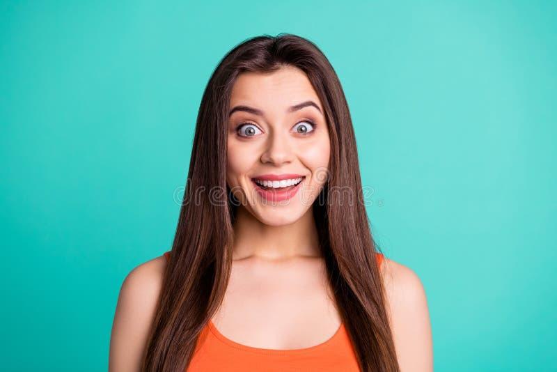 El retrato del adolescente adolescente bonito encantador asombró noticias increíbles impresionadas de la novedad se pregunta grit fotografía de archivo libre de regalías