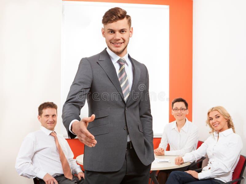 El retrato del apretón de manos de ofrecimiento del hombre de negocios feliz y el suyo combinan foto de archivo libre de regalías