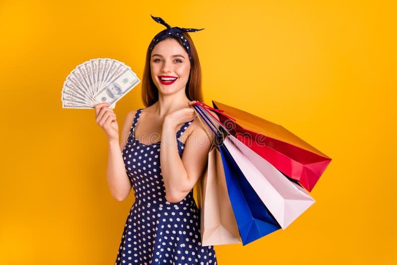 El retrato del billete de banco encantador de la mano del control del estudiante tiene vestido punteado de moda elegante de la ve imagen de archivo libre de regalías