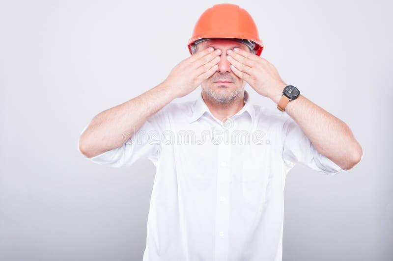 El retrato del casco de protección que lleva del contratista que cubre el suyo observa fotos de archivo libres de regalías