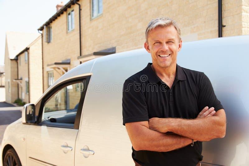 El retrato del centro envejeció al comerciante que hacía una pausa su furgoneta imagen de archivo libre de regalías