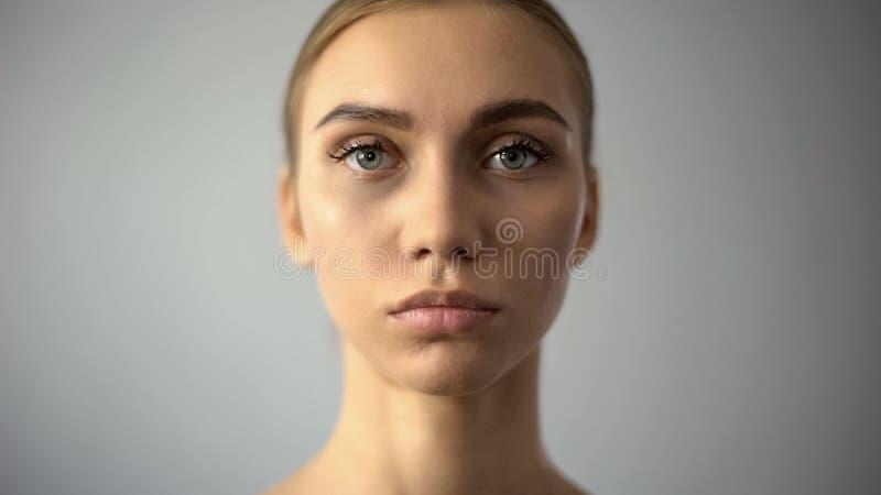 El retrato del cierre femenino hermoso para arriba, la belleza natural, modelo para compone fotos de archivo