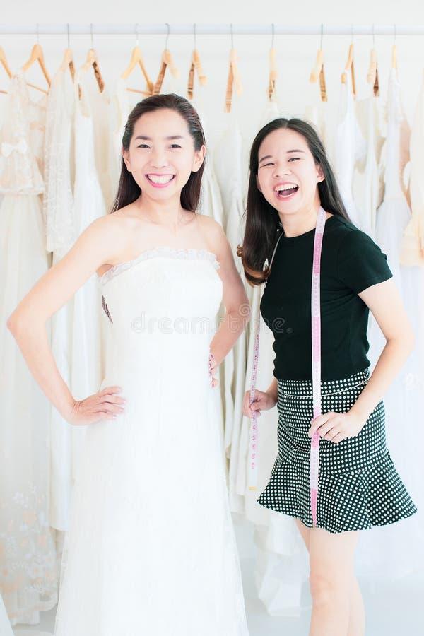 El retrato del cliente de la novia y el estilista de la boda lauching en t fotografía de archivo