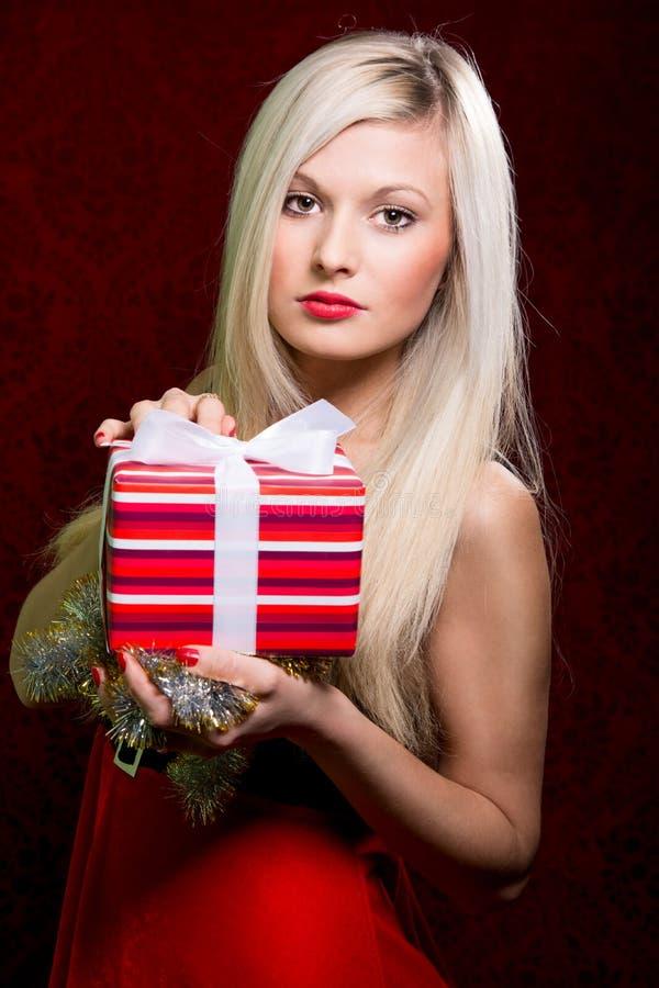 El retrato del control rubio sonriente feliz joven casual rayó el regalo foto de archivo libre de regalías