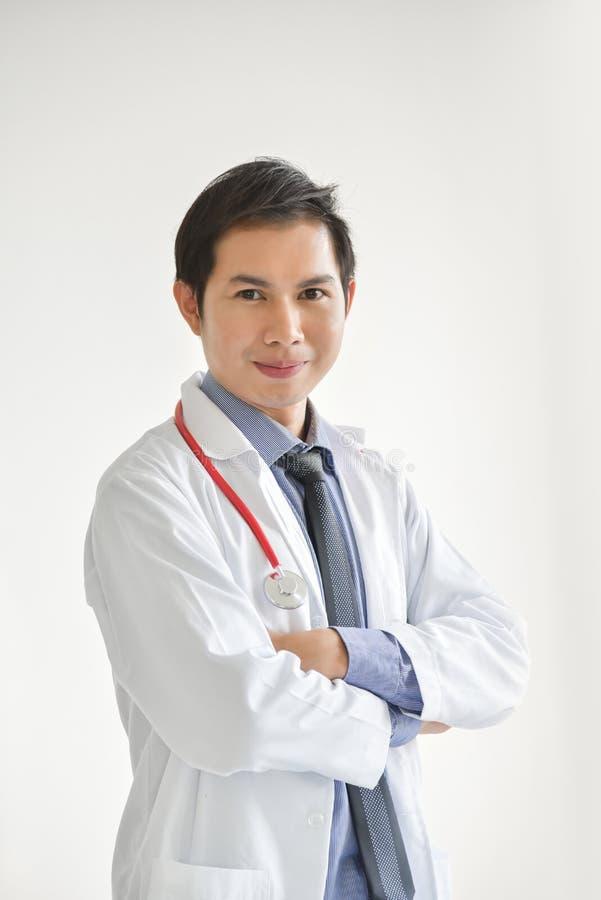 El retrato del doctor de sexo masculino asiático joven está sonriendo foto de archivo