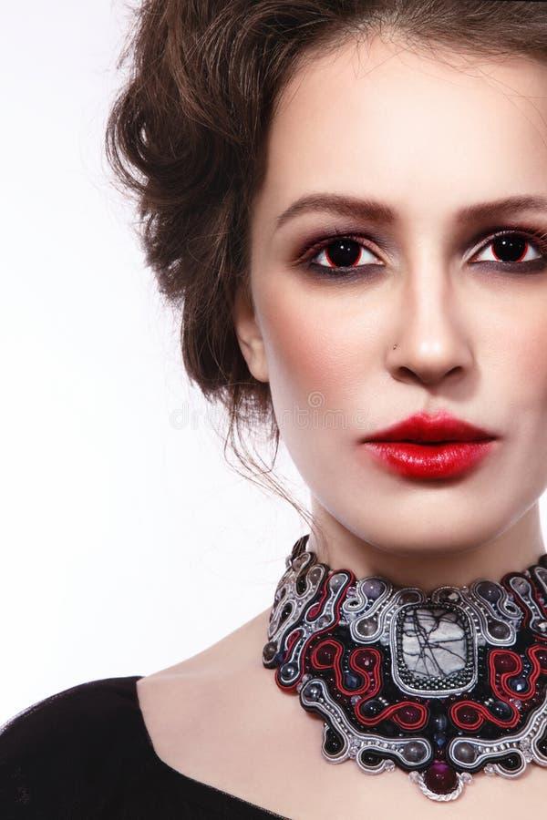 El retrato del estilo del vintage de la mujer hermosa joven con gótico hace fotos de archivo