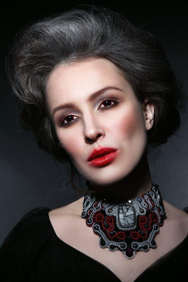 El retrato del estilo del vintage de la mujer hermosa joven con gótico hace imagen de archivo libre de regalías