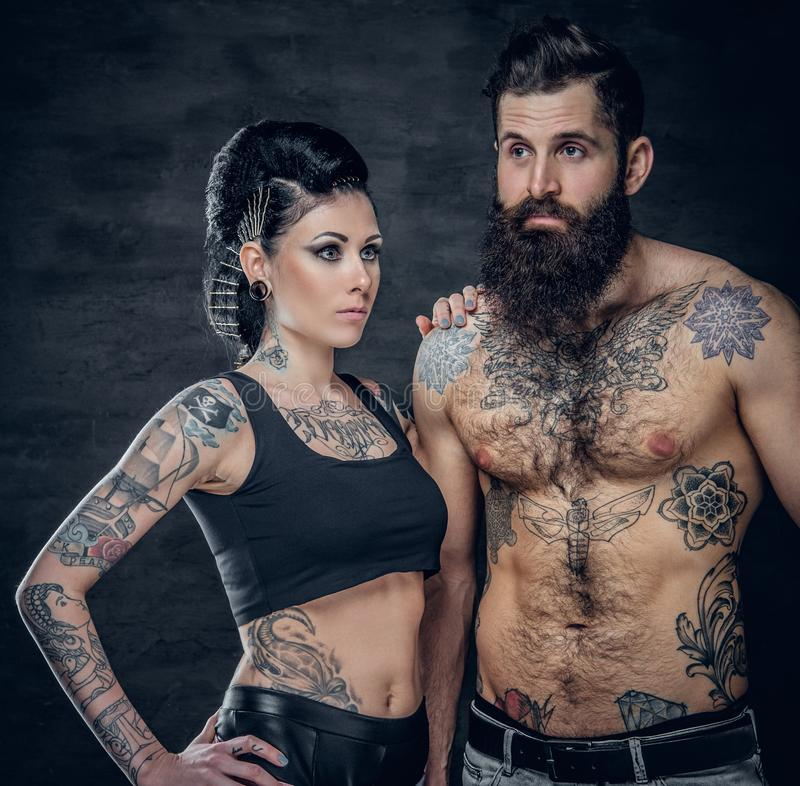 El retrato del estudio del cuerpo completo tatuó pares sobre fondo gris oscuro imágenes de archivo libres de regalías