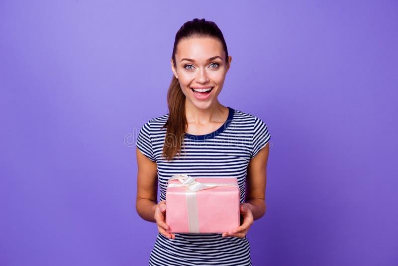 El retrato del grito rosado grande asombroso encantador lindo del grito de la caja de la mano del control de la juventud de la se imagen de archivo