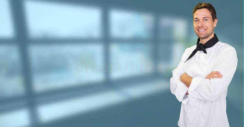 El retrato del hombre confiado con los brazos cruzó la situación contra ventana imagenes de archivo