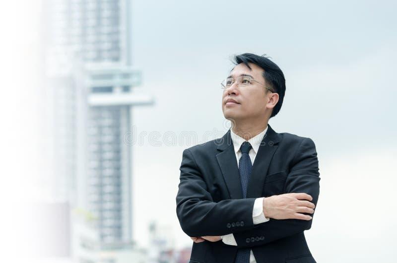 El retrato del hombre de negocios asiático con los brazos cruzó la situación imagen de archivo libre de regalías