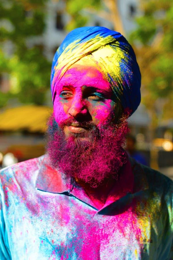 El retrato del hombre indio joven coloreó la cara durante el festival de Holi cerca de Pune fotos de archivo