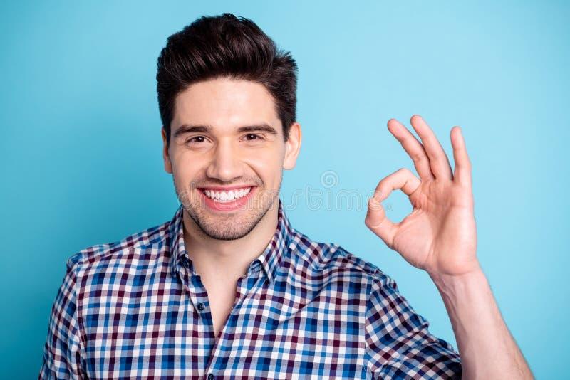 El retrato del hombre lindo amistoso encantador prestar atención de la reacción sugiere que selecto dé la recomendación de la inf fotografía de archivo libre de regalías
