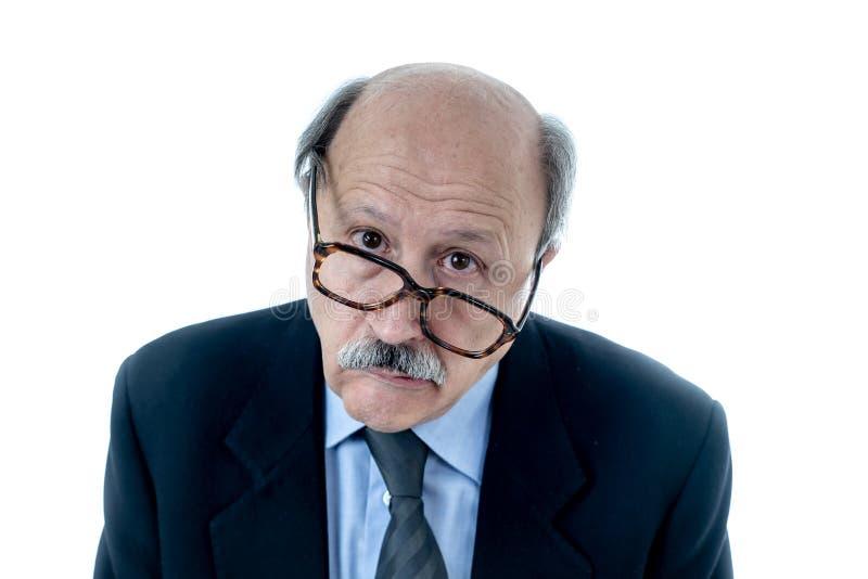 El retrato del hombre mayor agotado con la expresión triste y preocupante trabajó demasiado y cansó imágenes de archivo libres de regalías