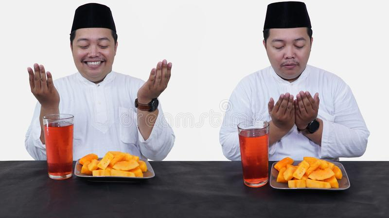 El retrato del hombre musulm?n gordo con el casquillo principal o el songkok ruega antes come y bebe para el ayuno de la rotura d foto de archivo