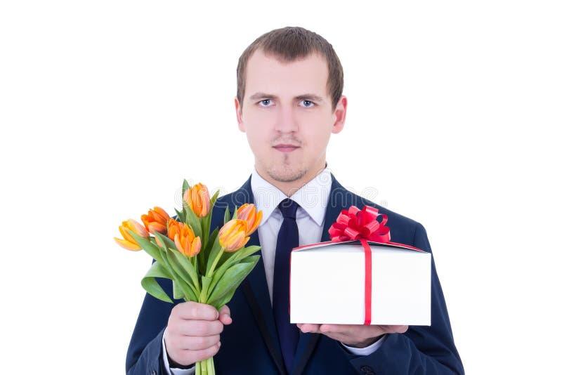 El retrato del hombre romántico que sostenía la caja y las flores de regalo aisló o foto de archivo