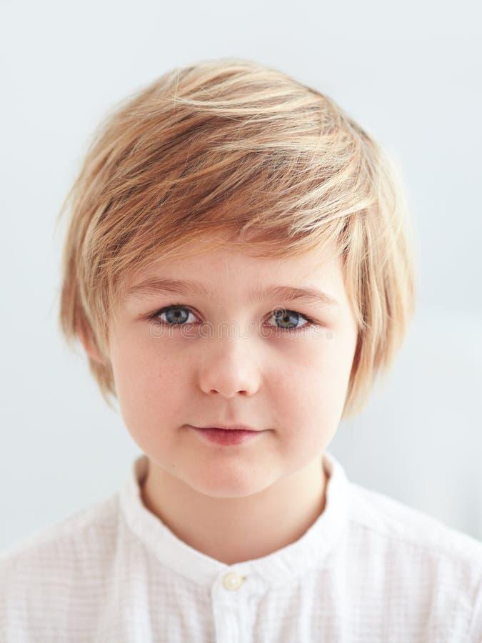 El retrato del hombro de lindo, nueve años embroma, muchacho para la tarjeta de la identificación imágenes de archivo libres de regalías