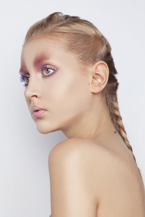 El retrato del modelo de moda con arty creativos compone en el fondo blanco fotos de archivo libres de regalías