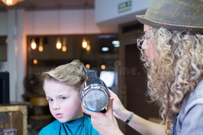 El retrato del muchacho consigue su brushing del pelo imagenes de archivo