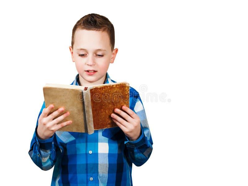 El retrato del muchacho leyó el libro Aislado en el fondo blanco imágenes de archivo libres de regalías